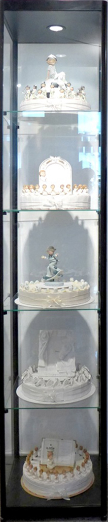 Composition Trouvée (Display window with white cakes) by Bijl Guillaume