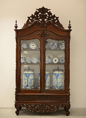 Cabinet with Sawblades and Gas Bottles by Delvoye Wim
